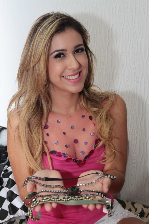 Dany veste a blusa rosa customizada com transparência e pedrarias e mostra os adereços - Crédito: Nando Chiappetta/DP/D.A Press