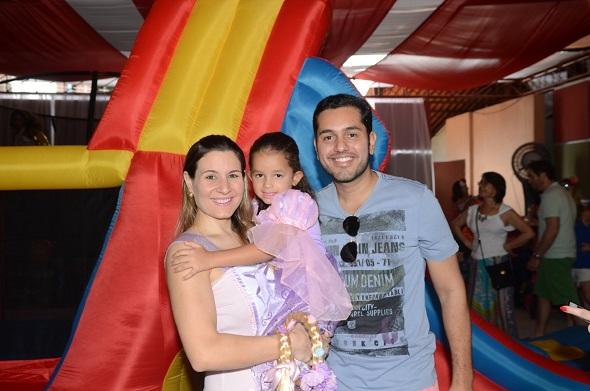 Adriana Perylo e Leonardo Lasserre com Maria Clara - Crédito: Regina Coeli /Divulgação