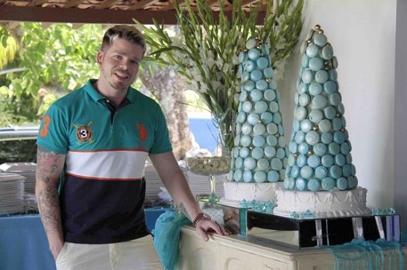 Thiago Freitas ao lado de seus macarons - Crédito: Gleysom Ramos/Divulgação