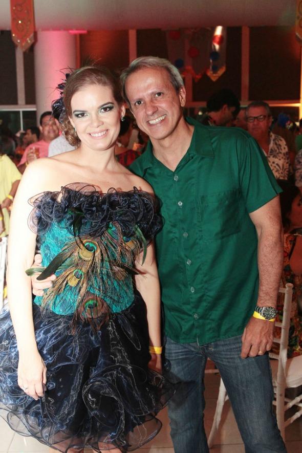 Juliana Lins fantasiada de Pavão ao lado do marido, Carlos Augusto Costa - Crédito: Nando Chiappetta/DP/ D. A Press