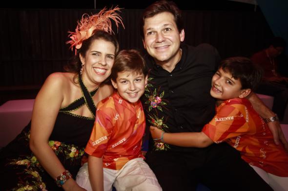 Com os filhos Eduardo e Rodrigo e Geraldo Julio na folia de 2013. Crédito: Andrea Rego Barros / PCR / Divulgação