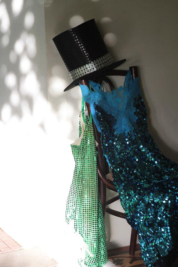 O vestido verde foi confeccionado para o bloco Amantes de Glória. O azul já foi usado em aniversário Crédito: Nando Chiappetta/DP/D.A Press