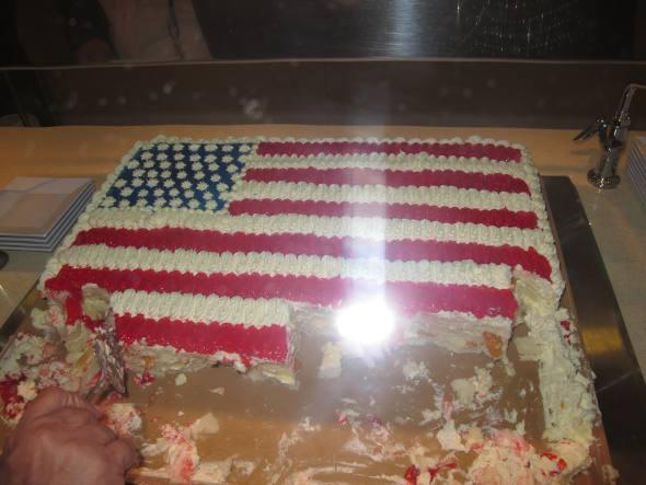 O bolo da inauguração, em formato da bandeira dos Estados Unidos