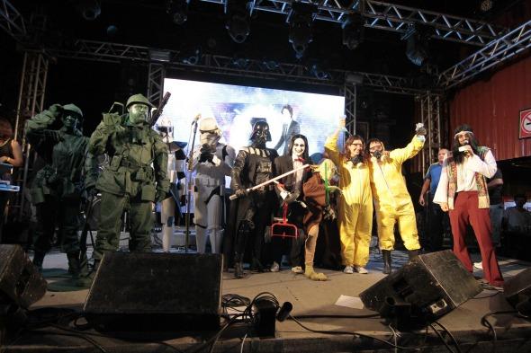 Jorge Peixoto anuncia os vencedores do concurso de fantasias  Crédito: Gleyson Ramos/Divulgação