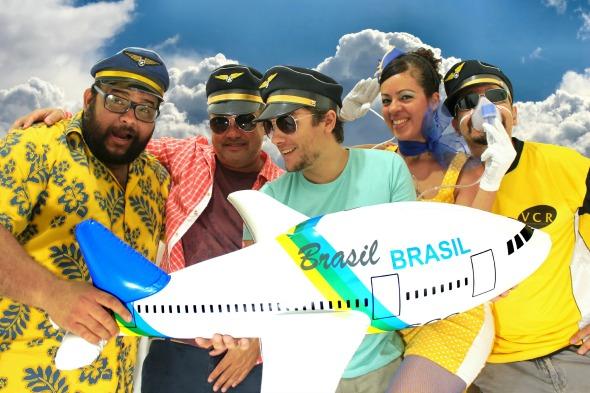 Jr Black, Deejay Bahiano, Victor Camarote, a aeromoça Daniela Albuquerque e Paulo Trajano. Crédito: Divulgação