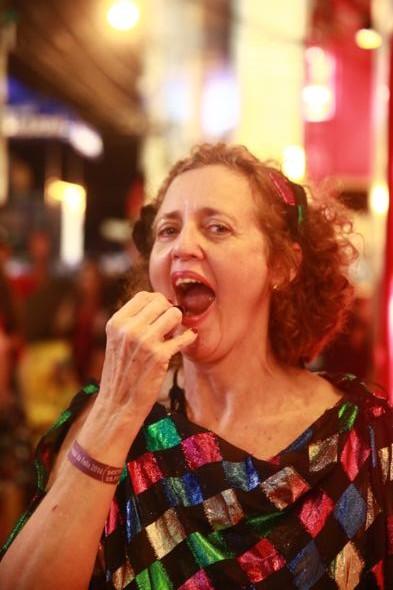 ângela Carneiro da Cunha retocando a maquiagem - Crédito: Bernardo Dantas/DP/D.A Press -