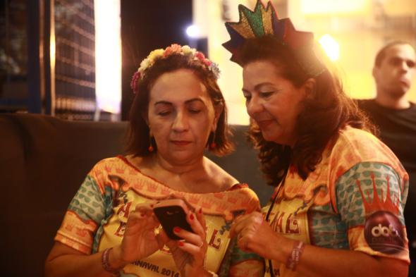 E#lizabete Neves e Gilvanete Peixe de Medeiros são vizinhas e foram curtir o carnaval juntas - Crédito: Bernardo Dantas/DP/D.A Press -