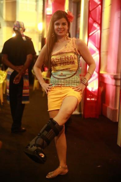 Ana Paula Azevedo foi curtir o carnaval no Arsenal da Folia com o tendão do pé rompido. Conforto foi um dos pontos que a fez escolher o local como o seu point para o carnaval - Crédito: Bernardo Dantas/DP/D.A Press