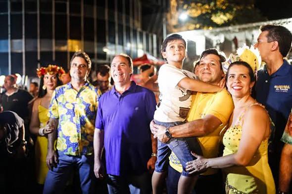 Luiza Nogueira e Raul Henry, Fernando Bezerra Coelho, Geraldo Julio com o filho Rodrigo e Cristina Mello e Felipe Carreras - Crédito: Andréa Rêgo Barros/PCR