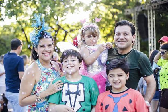 Geraldo Julio e Cristina Mello com os filhos no Parque da Jaqueira - Crédito: Andréa Rêgo Barros/PCR/Divulgação