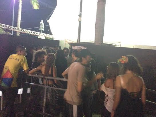 Pupillo na entrada do backstage tentando levar Céu (no canto direito de diadema na cabeça) - Crédito: Cecília Ramos/DP DA Press