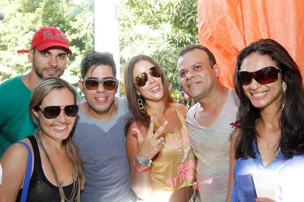 Meyrielle Abrantes e o ex-BBB Daniel Rolim com amigos na Casa da Brahma - Crédito: Allan Torres/Gonetwork
