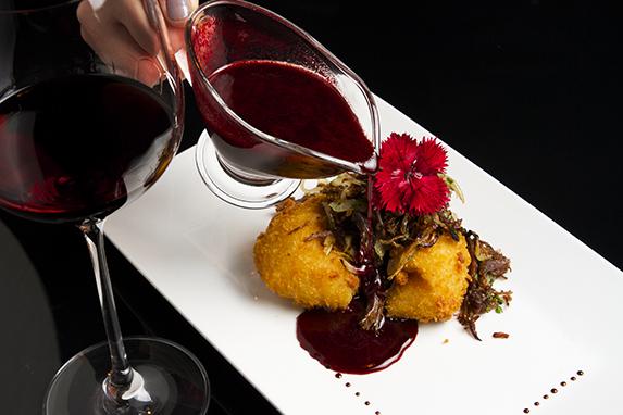Prato principal do Mingus: Carne de Sol desfiada confitada, ballon de batata e molho de beterraba picante Crédito: Mingus/Divulgação