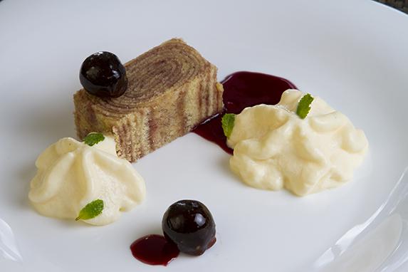 Sobremesa do Mr Carnes: Bolo de Rolo de uva com espuma de queijo do reino e redução de cabernet Crédito: Mr Carnes/Divulgação
