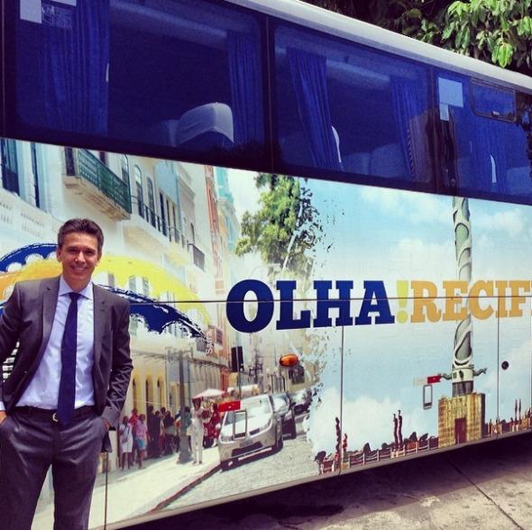 """Felipe Carreras posa com o ônibus do projeto """"Olha! Recife"""" Crédito: Instagram"""