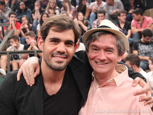 Juliano Cazarré acompanhado de Serginho Groisman Crédito: TV Globo/Altas Horas