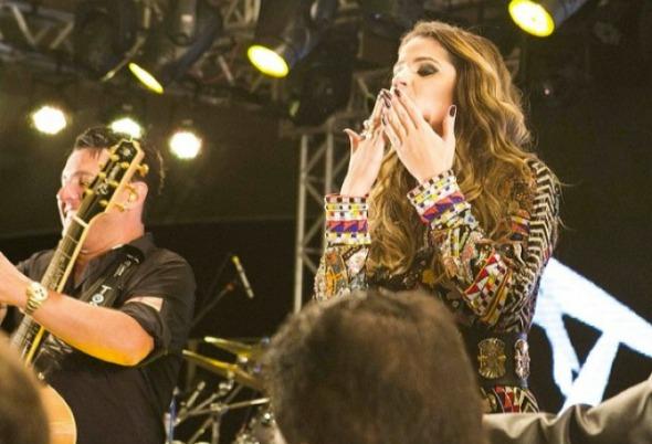 Thássia Naves no palco com Bruno & Marrone - Crédito: Hick Duarte/Divulgação