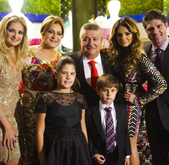 Thássia Naves posa ao lado da família - Crédito: Hick Duarte/Divulgação