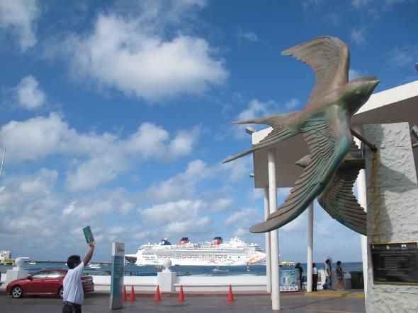 Monumento com navio no porto