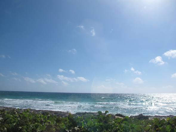 Praia com ondas fortes