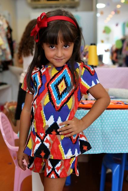 Laurinha do perfil @infantilidades com look da nova coleção. Crédito: Jannaina Vale / Divulgação
