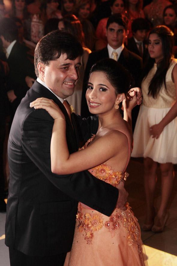 Ramiro dança a valsa com a filha Maria Eduarda Crédito: Nando Chiappetta/DP/D.A Press