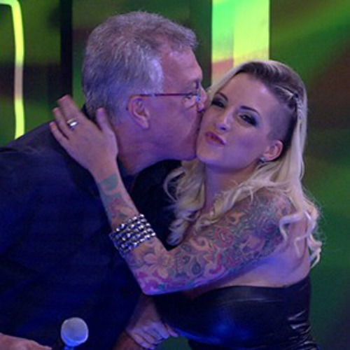 Clara cumprimenta Pedro Bial na final do BBB Crédito: TV Globo/Divulgação