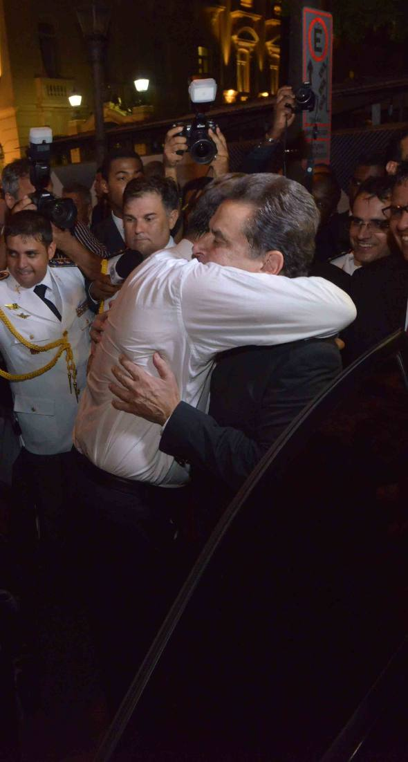 O abraço de Eduardo e João Lyra na saída do palácio