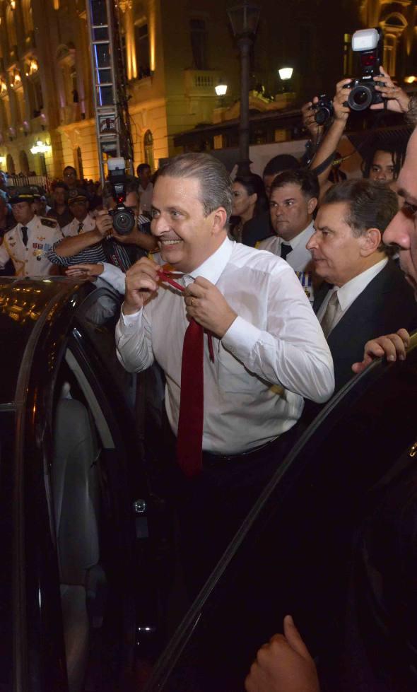 Eduardo Campos tira o paletó e a gravata na despedida do palácio/ Eduardo Braga