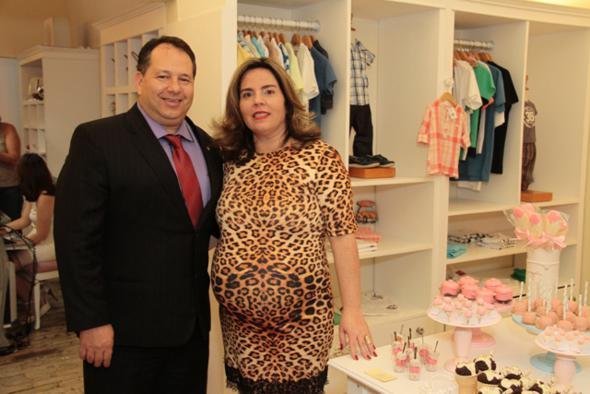 Silvana e Maurício Guedes Alcoforado. Ela com o look gestante da loja. Crédito: Gleyson Ramos / Divulgação