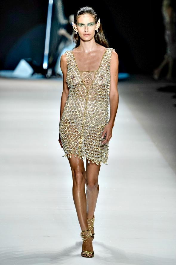 A modelo Carol Francischini desfilou com túnica transparente só de pedras - Crédito: Ze Takahashi/Agência Fotosite/Divulgação