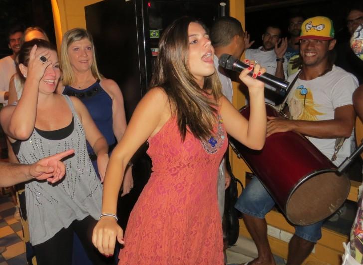 Giovanna Lancellotti cantou a música Show das Poderosas no festival de Zé Maria Crédito: Ana Clara Marinho