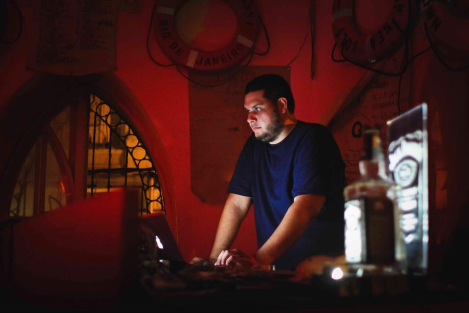 Vinícius Nunes é um dos DJs da festa Crédito: Flora Pimentel/Divulgação