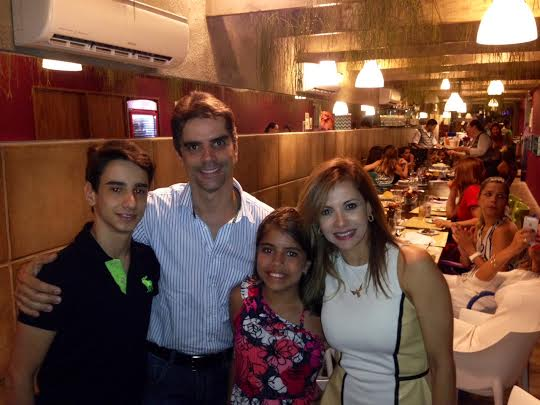 A aniversariante recebe a visita do marido, Flávio Lócio, ao lado dos filhos, Rafael e  Beatriz - Foto: Cecília Ramos/DP DA Press