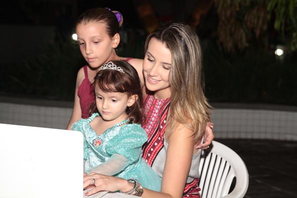 Bruna Monteiro com as filhas Sophia e Isadora - Crédito: Nando Chiappetta/DP/D.A Press