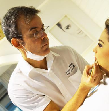 Isnaldo ministra cursos de automaquiagem - Crédito: Larissa Lins / Divulgação