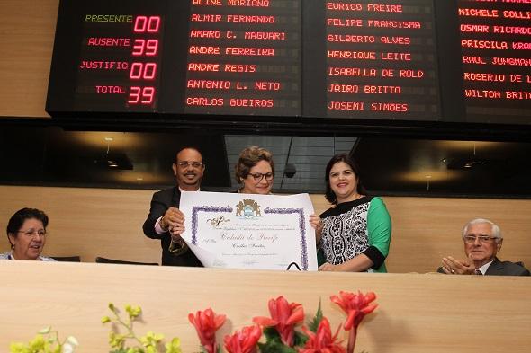Cecília Freitas ladeada por Vicente e Priscila Krause - Crédito: Edvaldo Rodrigues/DP/D.A Press