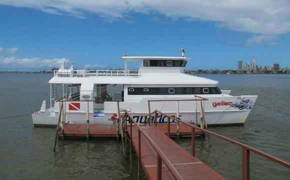 Embarcação do Aquáticos que leva os mergulhadores aos naufrágos Crédito: Site Aquáticos