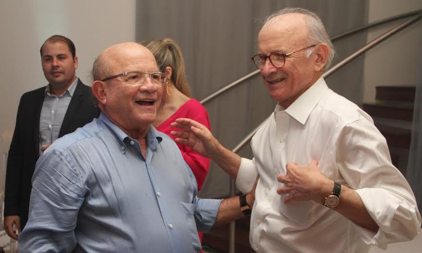 José Aécio (de branco) cumprimenta o irmão Eustácio Vieira, gestor do hospital Santa Joana Crédito: Allan Torres/Esp. DP/D.A.Press.