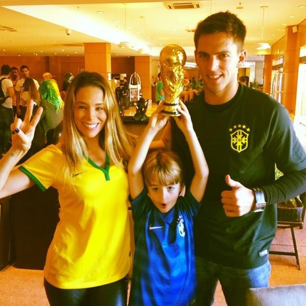 Danielle Winits com o filho Noah e Amaury Nunes Crédito: Instagram