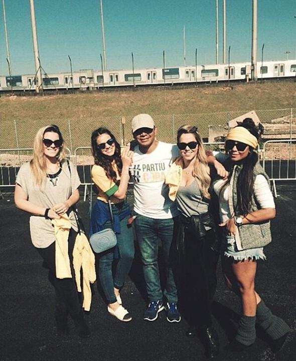 Bruna Marquezine com o pai de Neymar e a irmã - Crédito: Reprodução Instagram