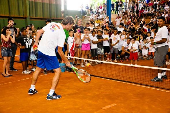 Gustavo Kuerten durante visita na Escolinha do Guga no Squash Tennis Center -  Paula Patrícia/Divulgação