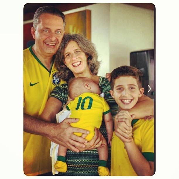 Eduardo Campos com renata, Miguel e José - Crédito: Alexandre Severo/Divulgação