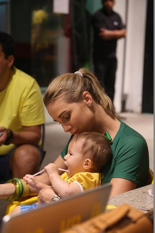 Manoela Furtado com a filha Crédito: Humberto Reis e Duda Carvalho/ Comunnik