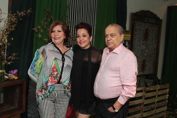 Cláudia ladeada pelos pais Marlene e Antônio Domingues Crédito: Nando Chiappetta/DP/D.A Press
