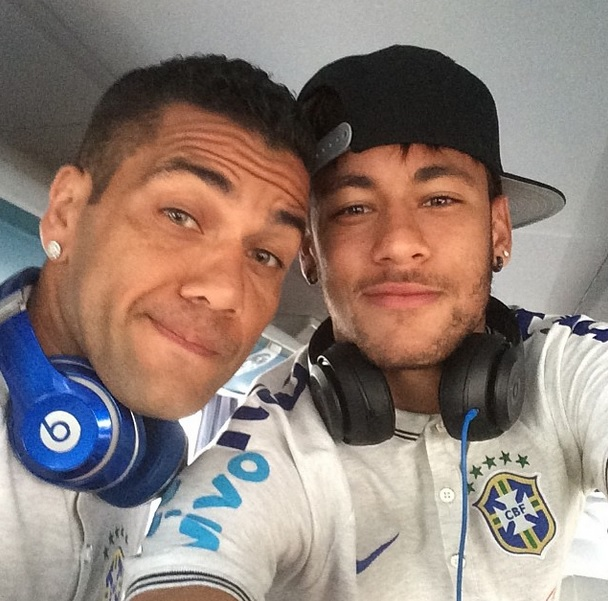 Daniel Alves e Neymar são alguns adeptos aos fones Crédito: Instagram