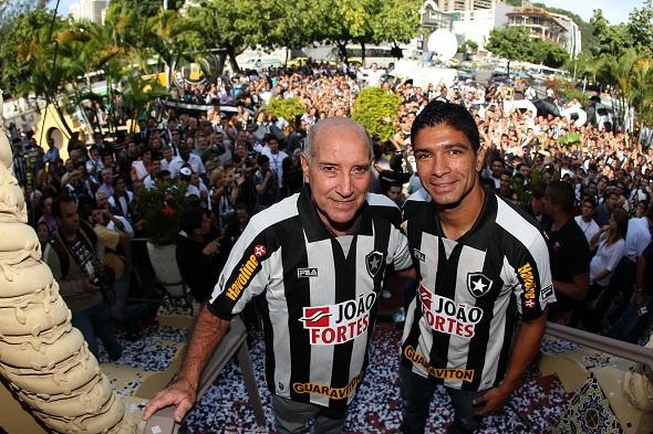 Gerson e o jogador Renato, que atuava no Botafogo - Crédito: Fernando Soutello/AGIF