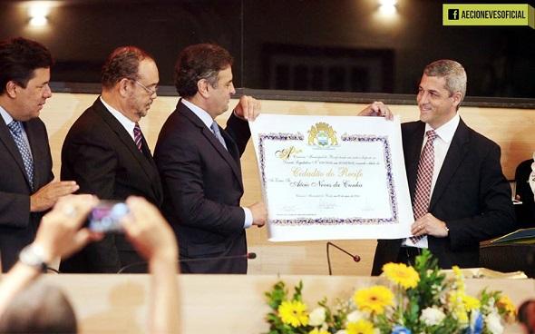 Aécio Neves recebendo o título de André Regis - Crédito: Reprodução Facebook