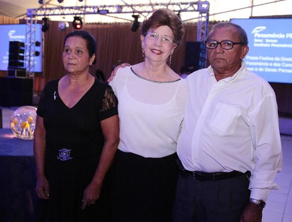 Valdivia Correia (centro) acompanha de Tereza Silva e Manoel Silva, dois colaboradores que ganharam o Prêmio Funcionário Destaque Crédito: Nando Chiappetta/DP/D.A Press