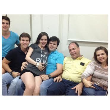 No colo do marido, FBC Filho, Maria Laura na maternidade com os sogros, FBC e Adriana, e os cunhados Antônio e Miguel - Foto: Instagram